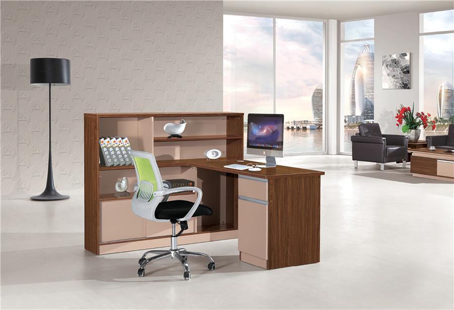0.8米长棕色钢木结构带书柜办公桌装修效果图.jpg