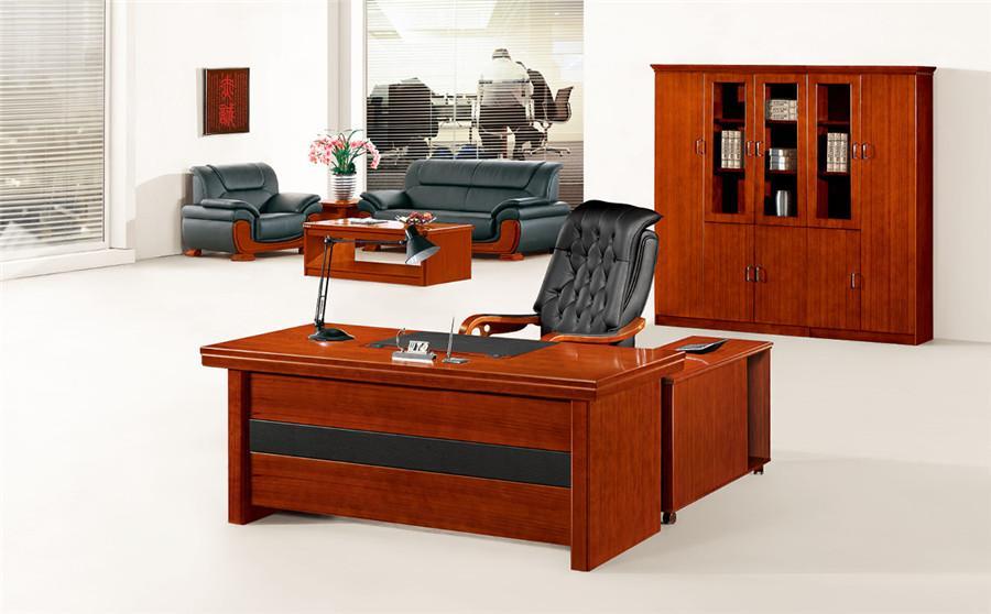 1.5米宽棕色实木带柜子办公桌装修效果图.jpg