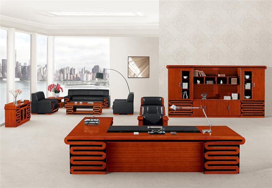2.1米长棕色胡桃木层叠花纹实木办公桌装修效果图.jpg